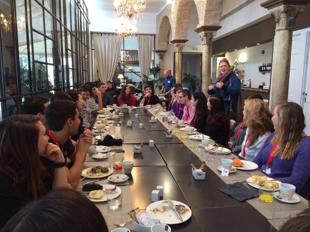 MundoLengua meal with students